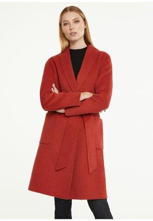 MIT SCHALKRAGEN - Trenchcoat - autumn red