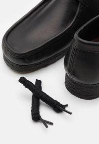 Clarks Originals - WALLABEE - Volnočasové šněrovací boty - black - 5
