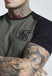 SIKSILK - RAGLAN GYM TEE - T-shirt print - khaki & black - 4