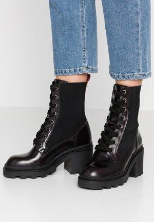 CALISTA MID LACE BOOT - Kotníkové boty na platformě - bordo