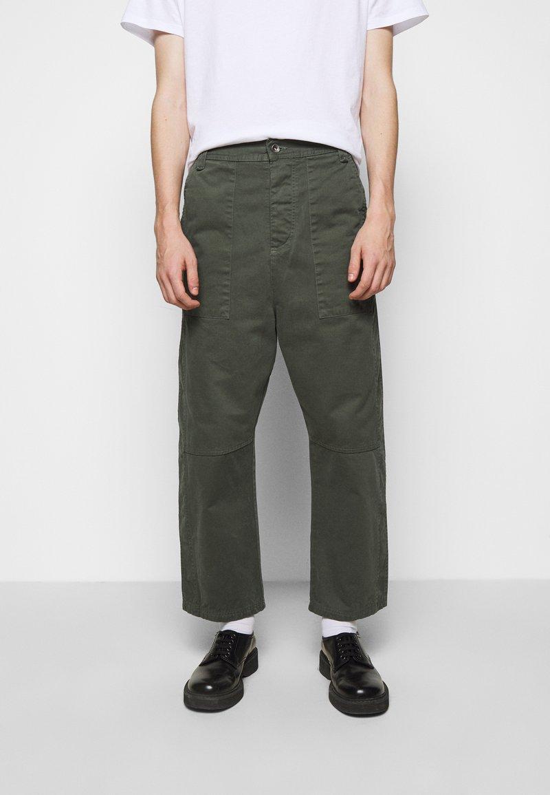 Henrik Vibskov - PLUMBER TWILL PANTS - Trousers - thyme green