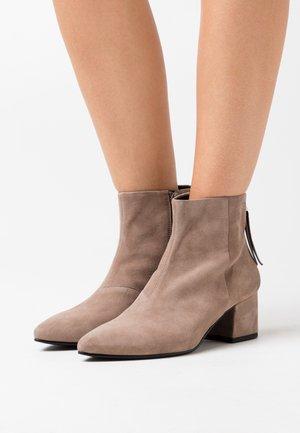 MYA - Kotníková obuv - bark