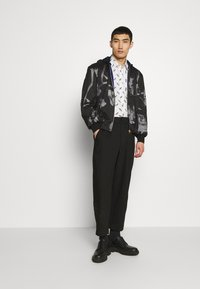 Paul Smith - GENTS HOODED JACKET ALLOVER PRINT - Giacca leggera - black - 1