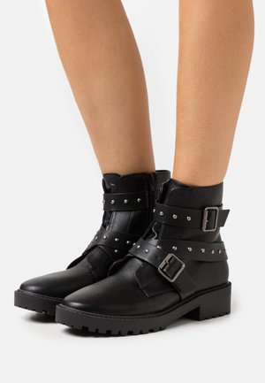 RILEY STUDDED LUG SOLE BOOT - Botki na platformie - black pebble