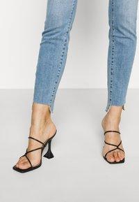 Good American - GOOD LEGS RAW  - Jeans Skinny Fit - blue - 4