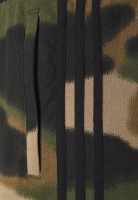 adidas Originals - CAMO UNISEX - Szorty - wild pine/multicolor/black - 2