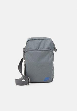 HERITAGE UNISEX - Across body bag - smoke grey/smoke grey/iridescent