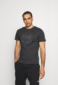 Columbia - BLUFF MESA™ GRAPHIC TEE - Print T-shirt - black shield - 0