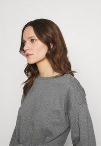Lounge Nine - WILMA TIEBELT - Sweatshirt - dark grey melange - 3