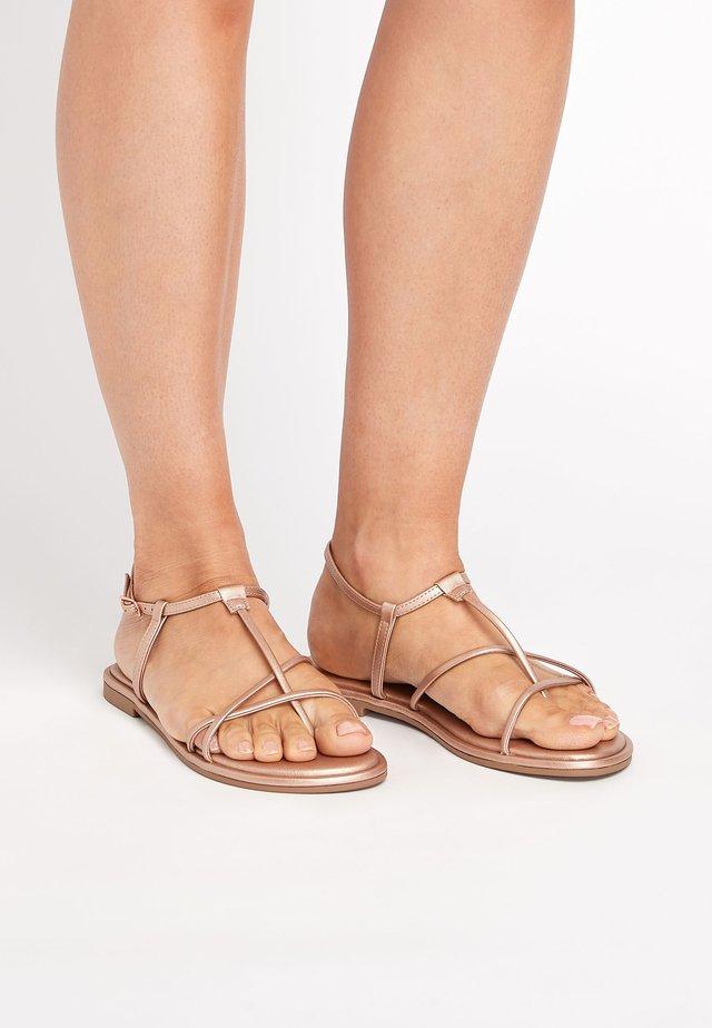 ROSE GOLD FOREVER COMFORT® STRAPPY SANDALS - Sandalias de dedo - metallic grey