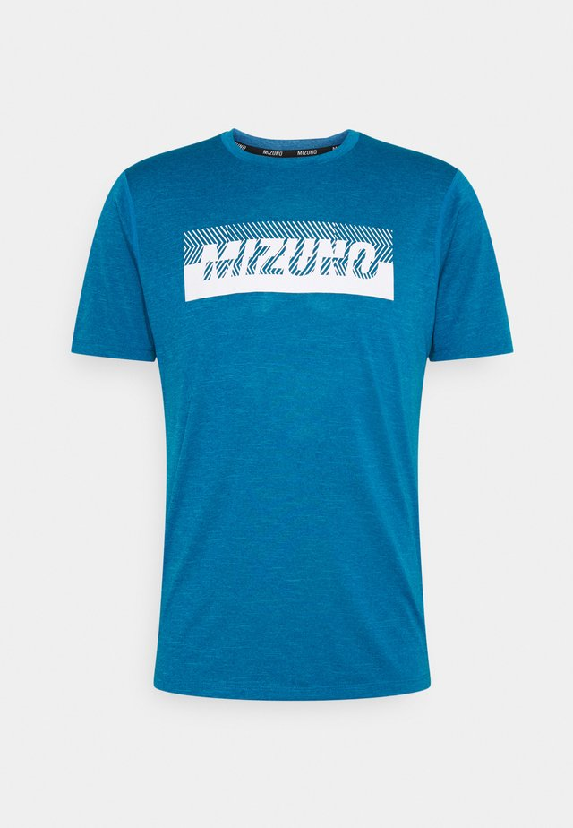 CORE GRAPHIC TEE - Print T-shirt - mykonos blue