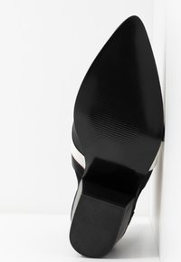 Vero Moda - VMJESS BOOT - Korte laarzen - black/white - 6