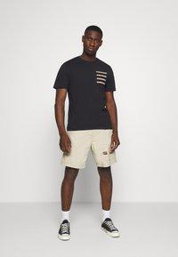 Only & Sons - ONSMELTIN LIFE POCKET TEE - T-shirt med print - black - 1