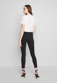 Pieces - PCDELLY NOOS - Jeans Skinny Fit - black - 2