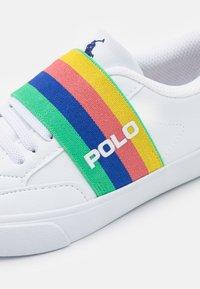 Polo Ralph Lauren - THERON SLIP ON UNISEX - Tenisky - white tumbled/rainbow gore/royal - 5