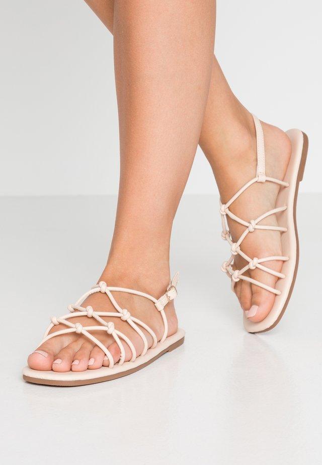 LADYLIKE STRAPPY  - Sandaalit nilkkaremmillä - nude