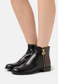 MICHAEL Michael Kors - LAINEY - Classic ankle boots - black/brown - 0