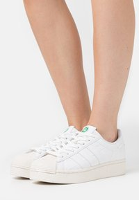 adidas Originals - SUPERSTAR BOLD PRIMEGREEN VEGAN - Zapatillas - footwear white/offwhite - 0
