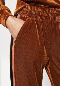 Kaffe - OLINE PANTS - Trousers - ginger bread - 4