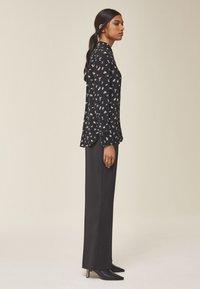 IVY & OAK - MIT FLORALEM PRINT - Button-down blouse - black - 2