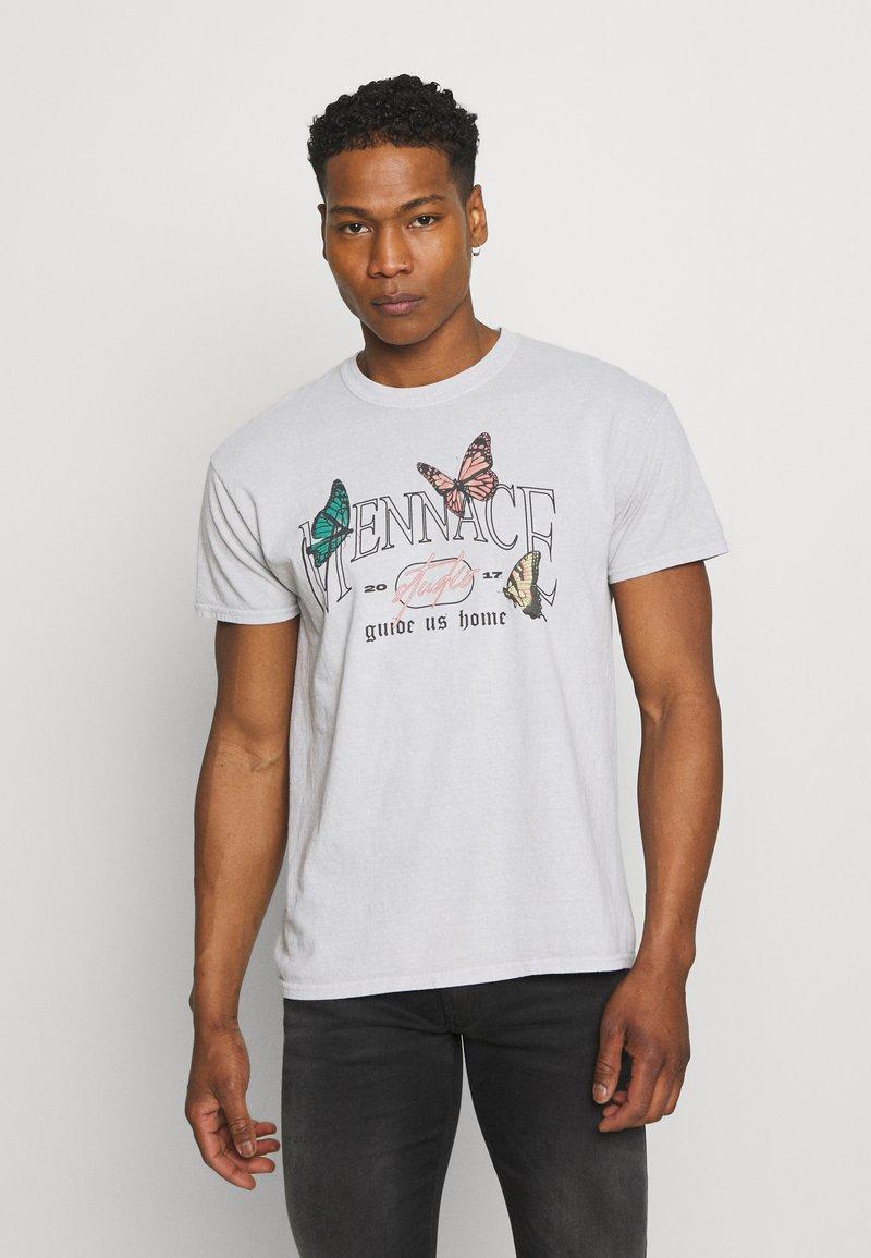 Mennace - MENNACE TRACK BUTTERFLY REGULAR - Print T-shirt - grey