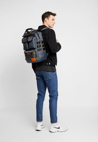 HXTN Supply - UTILITY TRAVELLER - Rucksack - charcoal - 1