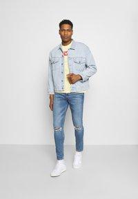 Levi's® - BOXTAB GRAPHIC TEE UNISEX - Camiseta estampada - yellows/oranges - 1