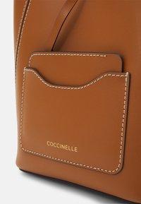 Coccinelle - EVASION - Across body bag - caramel - 4