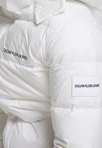 Calvin Klein Jeans - HOODED DOWN PUFFER  - Winter jacket - white - 6