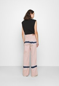 BDG Urban Outfitters - PUDDLE  - Vaqueros boyfriend - pink tie dye - 2