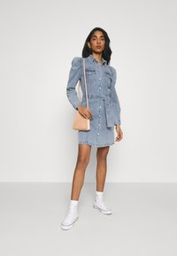 ONLY - ONLMONICA LIFE DRESS - Denimové šaty - light blue denim - 1