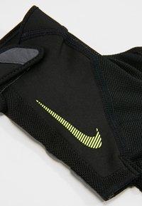 Nike Performance - MEN´S ELEMENTAL FITNESS GLOVE - Gants - black/dark grey/black/volt - 4