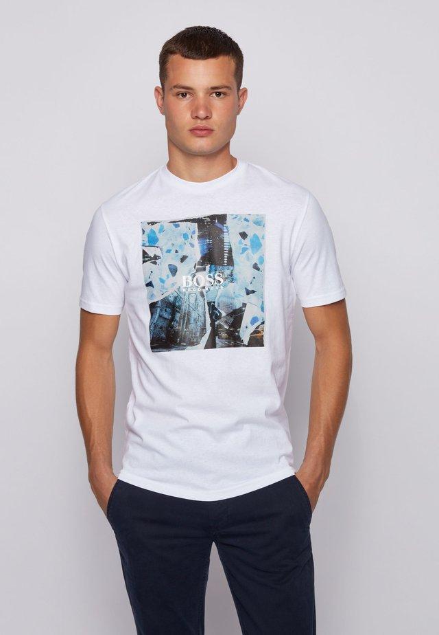 TOMIO - T-shirt con stampa - white