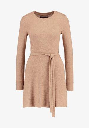 COZY DRESS - Pletené šaty - camel