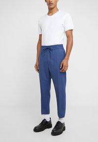 Vivienne Westwood - ELASTIC CROP GEORGE SERGE - Pantaloni eleganti - blue - 0