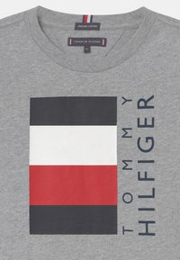 Tommy Hilfiger - GLOBAL STRIPE  - Print T-shirt - grey - 2