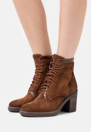 BOOTS - Kotníková obuv na vysokém podpatku - maroon