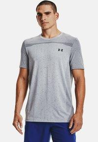 Under Armour - SEAMLESS SS - Print T-shirt - mod gray - 0