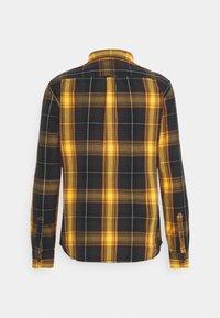 Wrangler - BUTTON DOWN SHIRT - Skjorta - spruce yellow - 5