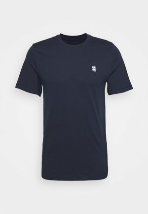 COURT TEE - Basic T-shirt - obsidian/white