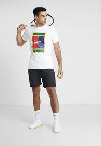 Nike Performance - TEE COURT - T-shirt med print - white - 1