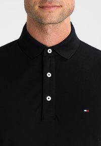 Tommy Hilfiger - SLIM FIT - Polotričko - flag black