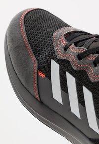 adidas Performance - RAPIDARUN ELITE - Hardloopschoenen neutraal - core black/footwear white/solar red - 2