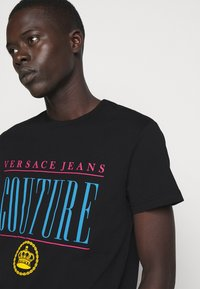 Versace Jeans Couture - MAN - Print T-shirt - nero - 3