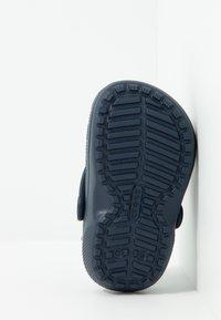 Crocs - CLASSIC LINED - Klapki - navy/charcoal - 5