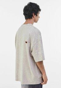 Bershka - T-shirt med print - beige - 2