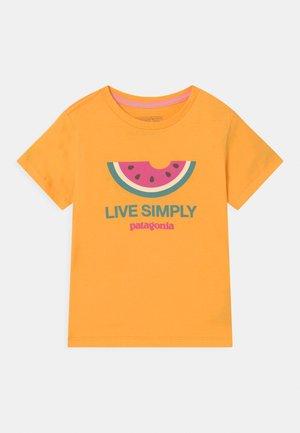 LIVE SIMPLY UNISEX - Triko spotiskem - saffron