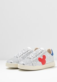 MOA - Master of Arts - Sneaker low - gallery silver/red - 4
