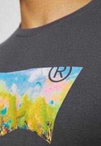 Levi's® - HOUSEMARK GRAPHIC TEE UNISEX - Print T-shirt - washed black - 4