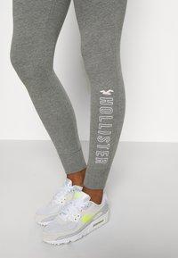 Hollister Co. - LOGO FLEGGING - Teplákové kalhoty - medium grey - 3